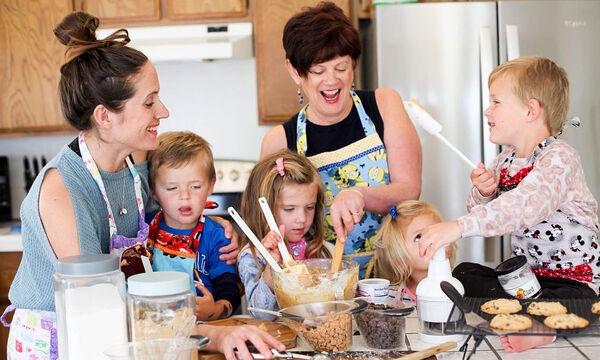 Η οικογένεια μαγειρεύει: Μαμά μοιράζεται μαζί μας όμορφες αναμνήσεις (pics)