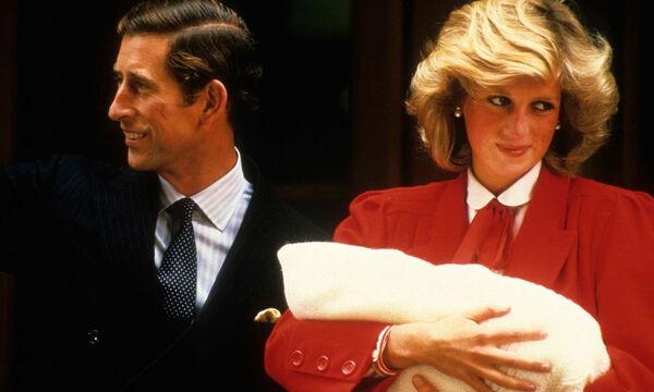 Η στιγμή που ο πρίγκιπας William συναντά τον νεογέννητο Harry έξω από την κλινική (vid)