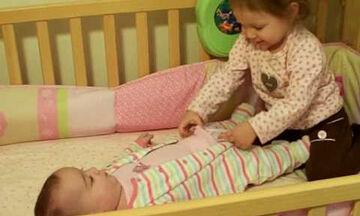 Τόσο γλυκό! Δείτε τι προσπαθεί να κάνει το κοριτσάκι στην 5 μηνών αδελφή του (vid)