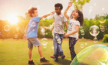 Παιδιά διασκεδάζουν με γιγάντιες σαπουνόφουσκες -  Μοναδικό θέαμα! (vid)
