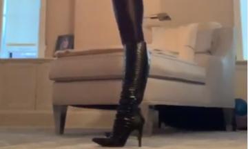 Διάσημη μαμά γυμνάζεται φορώντας ψηλοτάκουνες μπότες και μας εντυπωσιάζει  (vid+pics)