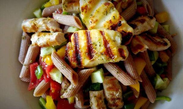 Νοστιμότατη σαλάτα με πέννες, κοτόπουλο και χαλούμι