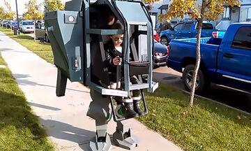 Δημιουργικός μπαμπάς κατασκεύασε μια απίστευτη στολή για την κόρη του
