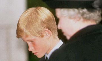Η σπάνια στιγμή που ο πρίγκιπας Harry κρατάει το χέρι της βασίλισσας Ελισάβετ (pics+vid)