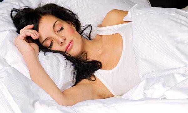 Αυτά είναι τα 6 πράγματα που κάνεις στον ύπνο σου και βλάπτουν το δέρμα
