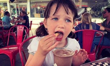 Η κόρη γνωστής ηθοποιού βουτάει τις πατάτες μέσα στην κρύα σοκολάτα και «τρελαίνει» τη μαμά της