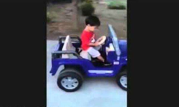 Δείτε τι κάνει το αγοράκι ενώ οδηγεί το αυτοκινητάκι του (vid)