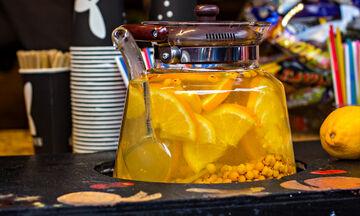 Λεμόνι στον βραστήρα σας: Μια συνήθεια καθαριότητας που πρέπει να αποκτήσετε (vid)