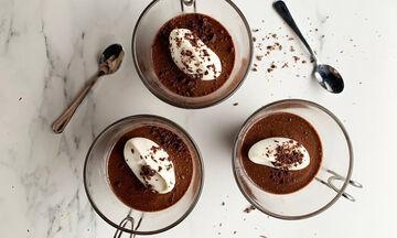 Γιορτή της Μητέρας: Απολαυστική μους σοκολάτας με τρία μόνο υλικά (vid)