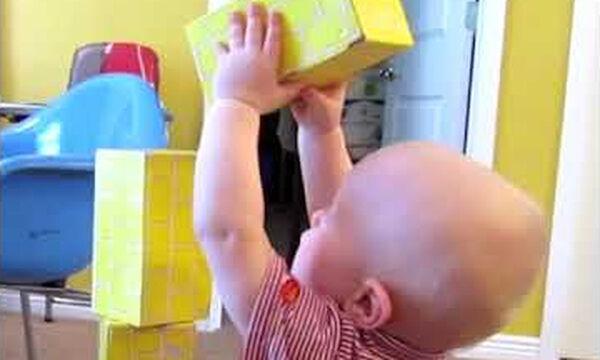 Πολύ γέλιο ! Δείτε πώς πανηγυρίζει το μωρό μόλις καταφέρνει να στήσει τα κουτιά (vid)