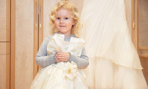 Πώς να ντύσετε την κόρη σας σε έναν καλοκαιρινό γάμο (pics)