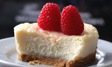 Γιορτή της Μητέρας: Ατομικό cheesecake έτοιμο σε 5 λεπτά! (vid)