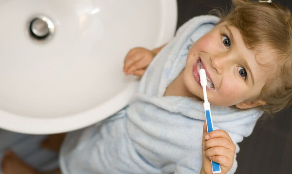 Πώς να φροντίσετε τη στοματική υγεία του παιδιού σας (vid)