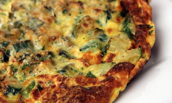 Φτιάξτε την πιο χορταστική ομελέτα με κολοκυθάκια και τυρί (vid)