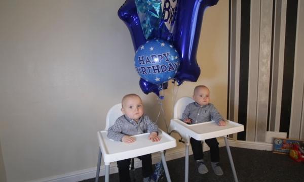 Δίδυμα επέζησαν χάρη σε εγχείρηση μέσα στη μήτρα και γιορτάζουν τα πρώτα τους γενέθλια (vid & pics)