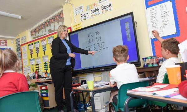 Παράδειγμα προς μίμηση αυτή η δασκάλα: Δείτε τι κάνει στο σχολείο λόγω περικοπών (vid)