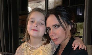 Victoria Beckham: Δείτε πώς ντύθηκε η κόρη της Harper σε έκθεση γνωστού οίκου (pics)