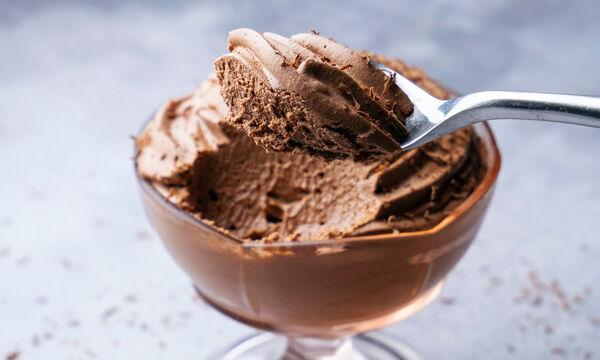 Αφράτη μους σοκολάτας με δύο μόνο υλικά (vid)