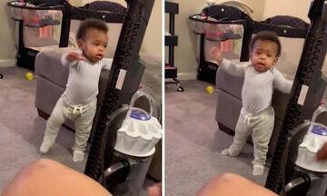 Δείτε τι σκέφτηκε αυτός ο μπαμπάς για να ενθαρρύνει την 11 μηνών κόρη του να περπατήσει (vid)