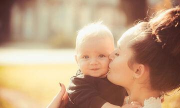 Πώς η αγκαλιά μπορεί να κάνει το μωρό να νιώσει ασφαλές και χαρούμενο (vid)