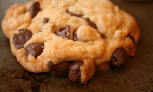 Μαλακά μπισκότα με κομμάτια σοκολάτας - Η συνταγή που πρέπει να φτιάξετε (vid)