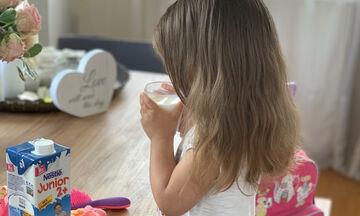 Το άγχος όλων των μαμάδων: «Πιες όλο σου το γάλα! Μη το πιει πάλι ο νεροχύτης!»