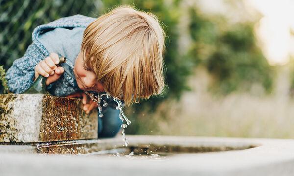 7 σημάδια και συμπτώματα της αφυδάτωσης στα παιδιά (pics)