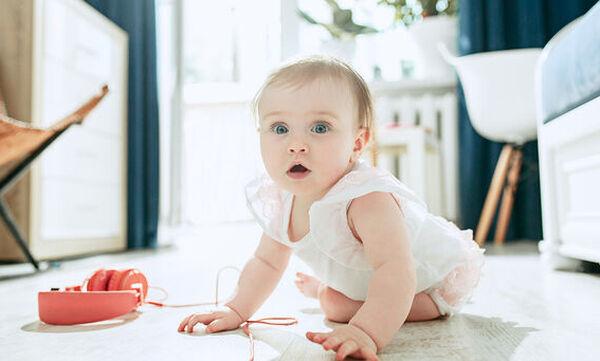Τι μπορεί να κάνει το μωρό σας στην ηλικία των 8 μηνών; (pics)