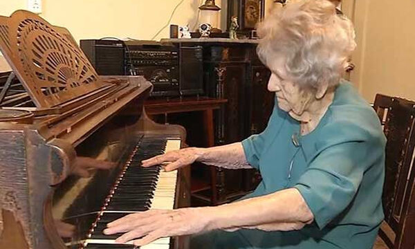 Έσπασε τα χέρια της αλλά δεν το έβαλε κάτω - Συνεχίζει να παίζει πιάνο σε ηλικία 108 ετών!