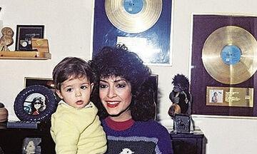 Διάσημοι καλλιτέχνες τραγουδούν με τα παιδιά τους - Εσείς θυμόσαστε αυτά τα τραγούδια; (vids)