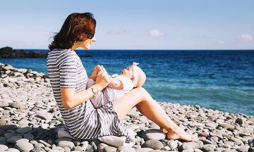 Μωρό και παραλία: Πέντε συμβουλές για να απολαύσετε με ασφάλεια το μπάνιο σας