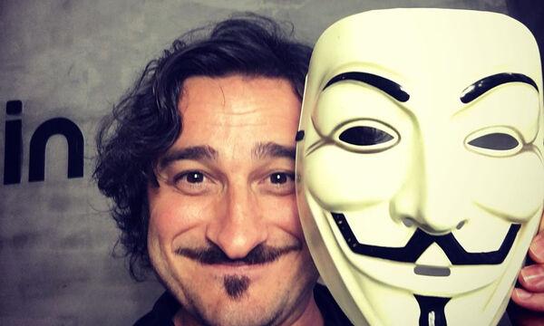 Βασίλης Χαραλαμπόπουλος: Μας δείχνει τα κορίτσια του στο σαλόνι του σπιτιού (pics)