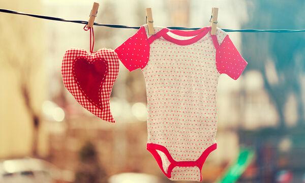 Λεκέδες στα ρούχα των μωρών: Έξυπνοι τρόποι για να τους εξαφανίσετε