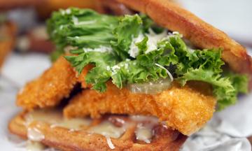 Chicken waffle burger - Μια συνταγή ιδανική για τα παιδικά πάρτι