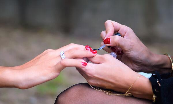Το μεγάλο λάθος που σίγουρα κάνετε όταν βάφετε τα νύχια σας (vid)