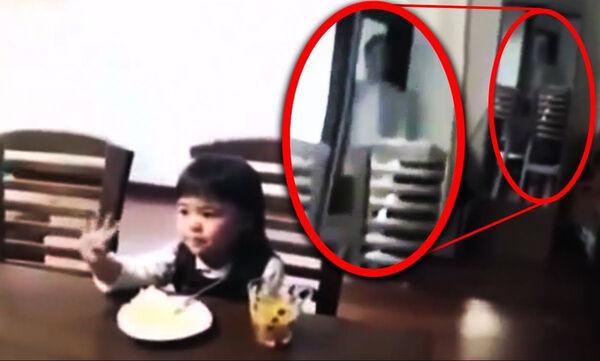 Φαντάσματα που βλέπουν μόνο τα παιδιά ή κάτι άλλο; Το βίντεο που τρομάζει (vid)