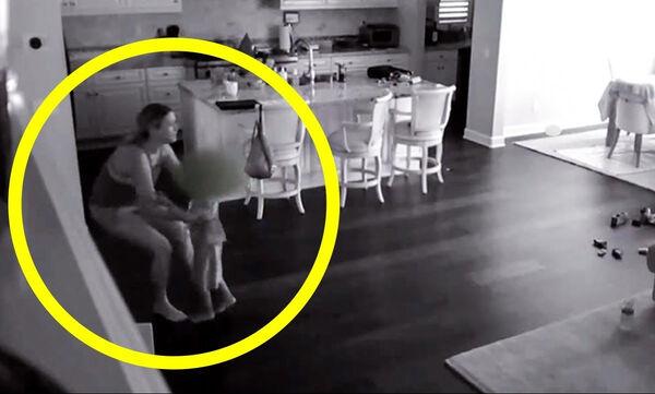 Η νταντά άρπαξε το παιδί και έφυγε ξυπόλητη από το σπίτι - Τι κακό συνέβη (vid)