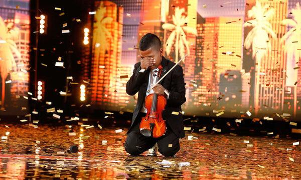 Μετά το bullying & τη μάχη του με τον καρκίνο, ο 11χρονος συγκίνησε με το ταλέντο του (vid)