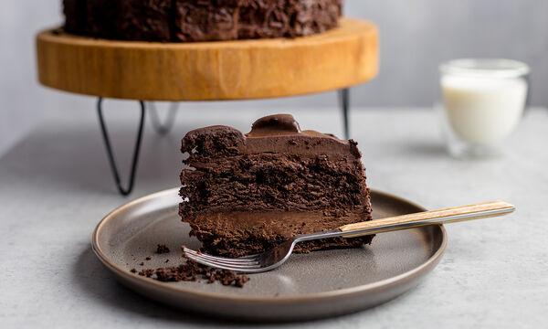 Συνταγή για κέικ που δε χρειάζεται ψήσιμο! Δείτε πώς θα το φτιάξετε με 3 μόνο υλικά (vid)