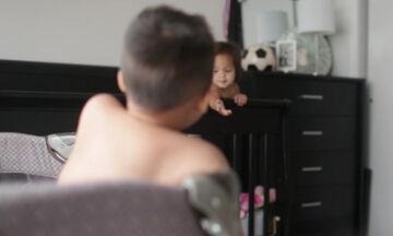 Κρυφή κάμερα δείχνει τι κάνουν αυτά τα δύο μωρά όταν οι γονείς τους νομίζουν ότι κοιμούνται (vid)