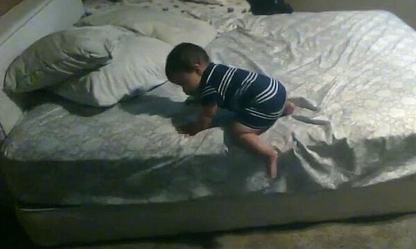 Κρυφή κάμερα τους αποκάλυψε το κόλπο του σκέφτηκε ο μπόμπιρας για να κατέβει από το κρεβάτι (vid)