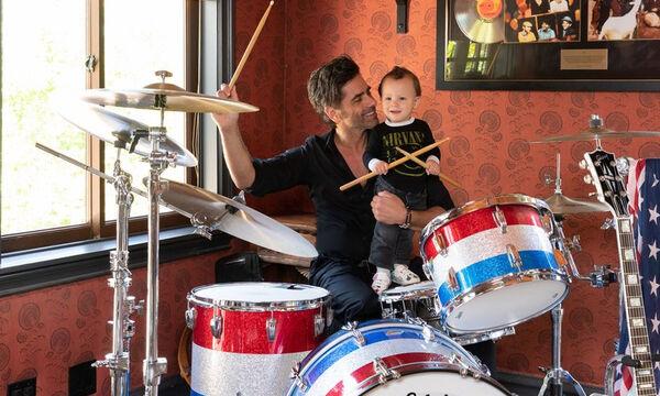 John Stamos: Μας ξεναγεί στο υπέροχο σπίτι του αγκαλιά με το γιο του (vid+pics)