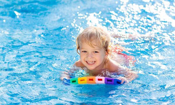 Πώς να ενθαρρύνετε το παιδί να κολυμπήσει