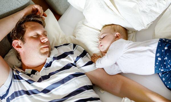 """""""Μπαμπά ξύπνα"""" - ένα βίντεο αφιερωμένο στους μπαμπάδες (vid)"""