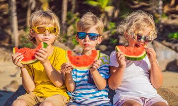 Τροφές που θα κρατήσουν το παιδί σας ενυδατωμένο τους καλοκαιρινούς μήνες (vid)