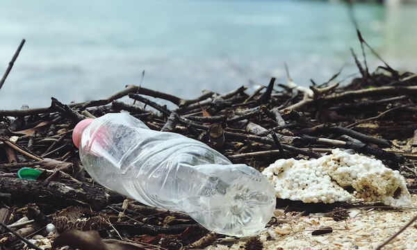 Σχολείο στη Νιγηρία δέχεται άδεια πλαστικά μπουκάλια ως πληρωμή για τα σχολικά δίδακτρα (vid)