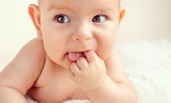 7 αποτελεσματικοί τρόποι για να ανακουφίσετε το μωρό σας από τον πόνο στα ούλα (vid)