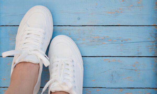 Αυτό είναι το tip για να κάνετε τα λευκά πάνινα παπούτσια σας να δείχνουν σαν καινούρια (vid)