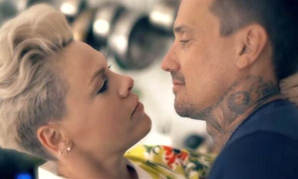 Το συγκινητικό video clip της Pink με πρωταγωνιστή τον σύζυγό της και την ίδια (vid)