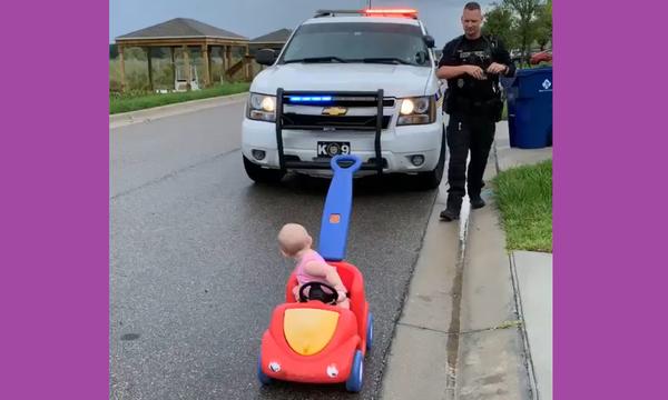 Bίντεο με πρωταγωνιστές έναν αστυνομικό & ένα μωρο κάνει το γύρο του διαδικτύου-Δείτε γιατί (vid)